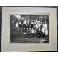 Фото группы детей и персонала детского дома. 1920-30-е. 12х17 см.