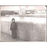 Минск. Фото ребенка на набережной в парке им.Горького. 1960-е. 17.5х23 см