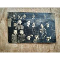 Фото детей с учительницей. 1920-е? 9х14 см