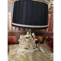 Восхитительная настольная лампа Германия , влюблённые , с большим красивым абажуром
