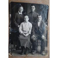 Семейное фото. 1935 г. 8.5х11.5 см.