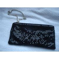 Новая, у упаковке, косметичка-кошелек, клатч - может использоваться как театральная сумочка на цепочке.  Выполнена черными пайетками. Абсолютно новая, поэтому может стать хорошим подарком!