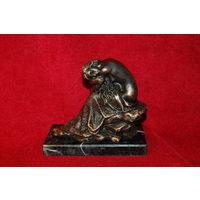 Скульптура - девушка на камне ню 2, бронза на мраморе