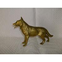 Старенькая статуэтка - собака. Бронза, вес  1,2 Кг.