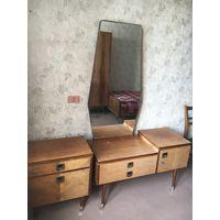 Мебельный гарнитур-шкаф, кровать, 2 тумбочки, трюмо с зеркалом.