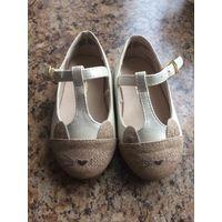 Новые туфли на 19-21 размер(стелька 12,5) из США. Очень классные туфельки, цвет бежевый, носик золото с блестками. Очень красивые туфли. Забыли про них, а теперь малы(.