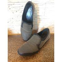 Брендовые туфли STRATEGIA на 38.5 размер на ногу средней полноты. Оригинал. По стельке примерно 26 см. Натуральная кожа отличного качества, красиво украшена металлическими точками. Цвет Черный