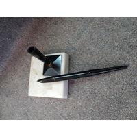 Ручка перьевая на каменной подставке