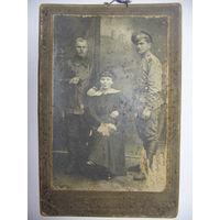 Старинная фотография Барышня с кавалерами