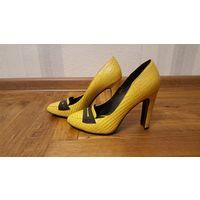 Желтые кожаные туфли на каблуке