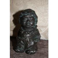 Тяжёлая , металлическая фигурка маленького бюргера, из Германии, сделана под бронзу.