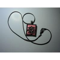 """Медальон с эмалями и стразами в розовых тонах."""" Сказочный цветок""""  Массив. Белый металл.4х2,3 см ,40 см."""