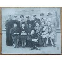 Фото с военными моряками. 1950-е. 13х17 см