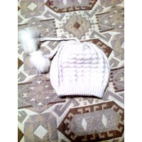 Белая шапочка с пумпонами из песца