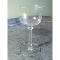 Старая рюмка на высокой стопке стекло интересная форма высота 11.2 см. без сколов и трещин