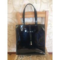 Красивая сумка из натуральной лаковой кожи черного цвета. Очень любила эту сумку, но сейчас мне некуда ее носить. Вместительная, легко помешается формат А4, для работы идеально. Размер 35,5 на 31,5 см