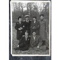 Фото с военными моряками. 1950-е. 8.5х12 см.