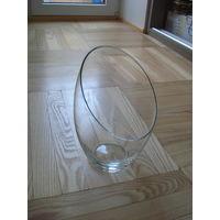 Большая ваза прозрачного стекла  оригинальной формы.