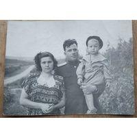 Фото военного с семьей. 1950-е  9х12 см