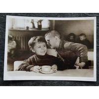 Фотоокрытка. Резников А. По секрету. Дети. 1956 г. Подписана