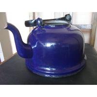 Старый Советский эмалированный чайник.