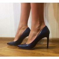 Синие кожаные туфли на каблуке