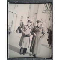Минск. Фото военных на вокзале. 1950-60-е 9х11 см.