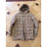 Классная мужская куртка на 44-46-48 размер, зима, достаточно теплая носили зимой. Цвет горчица. Внутри есть резинка, которая не позволяет продувать куртку, капюшон съемный, есть мех. Рукава на манжете