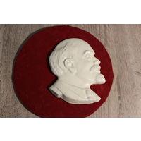 Самодельный, гипсовый барельеф В. И. Ленина , на деревянном основании, диаметр 20 см.