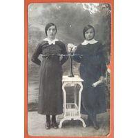 Фото двух девушек. 9х14 см.