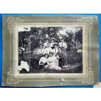Фото группы женщин с мужчиной. До 1917. На паспарту