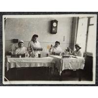 Фото трудовых будней сотрудников Белорусского научно-исследовательский института переливания крови. 1950-е. 8.5х11.5 см.